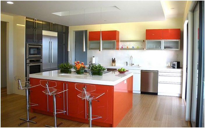 Прекрасният ярък интериор на кухнята в алени цветове ще остави необичайно настроение и ще даде усещане за изтънченост и лекота.