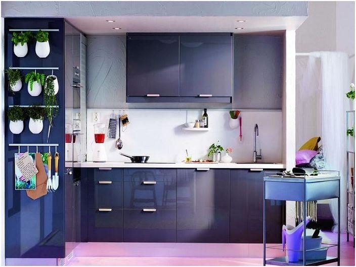 Виолетово-сините нюанси на кухненския комплект перфектно ще се впишат в апартамента и ще му придадат свежест и привлекателност.