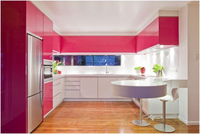 Ярката кухня в такъв топъл цвят няма да остави никого безразличен и само ще ви създаде страхотно настроение.