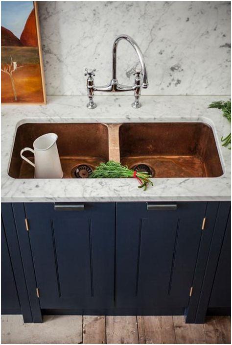 Синя кухня, в допълнение към бял акцент, е подходяща за хора, които обожават тези цветове и ценят комфорта и уюта.