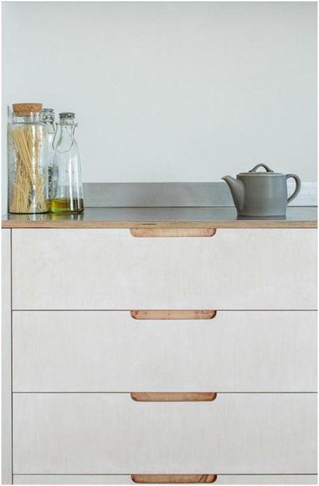 Яркият и атрактивен цвят на кухненския комплект диктува просто шикозно настроение и правилно поставени акценти в хубава кухня.