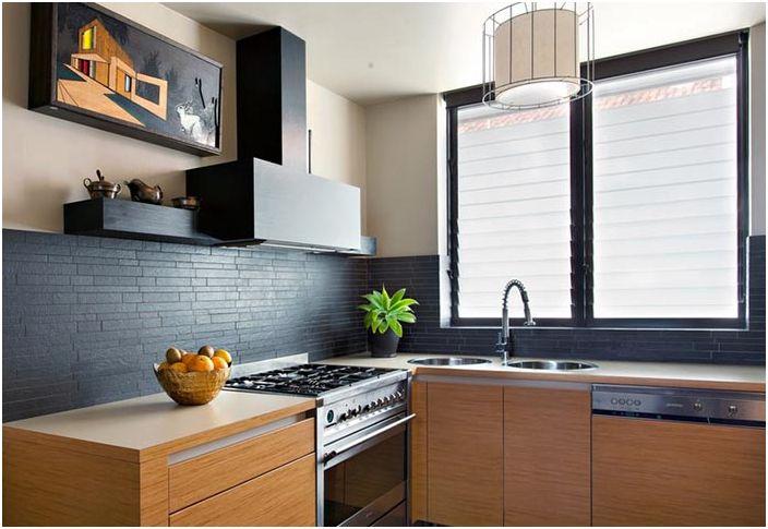 Смес от противоположни тонове в дизайна на кухненския интериор ще направи възможно задаването на вашите приоритети и акценти в рамките на вашата мечтана кухня.