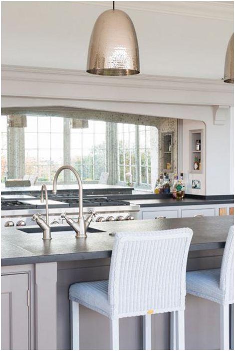 Кухненският комплект е декориран в малиново-сив цвят, предава определен чар и стил на кухнята и дава възможност да извлечете максимума от този стил на декорация.