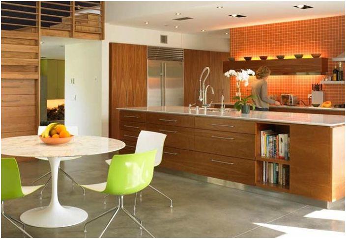 Леката и светла кухня, украсена с приятни нотки на кокетство, ще ви даде добро настроение дори в лош ден.