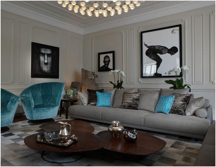 Szarość salonu jest atrakcyjna, uzupełniona turkusowymi motywami.