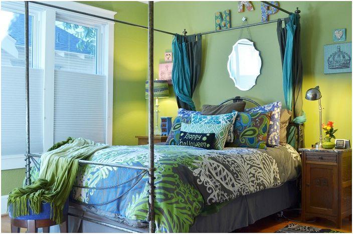 Jasna sypialnia w odcieniach zieleni z dodatkiem turkusu.