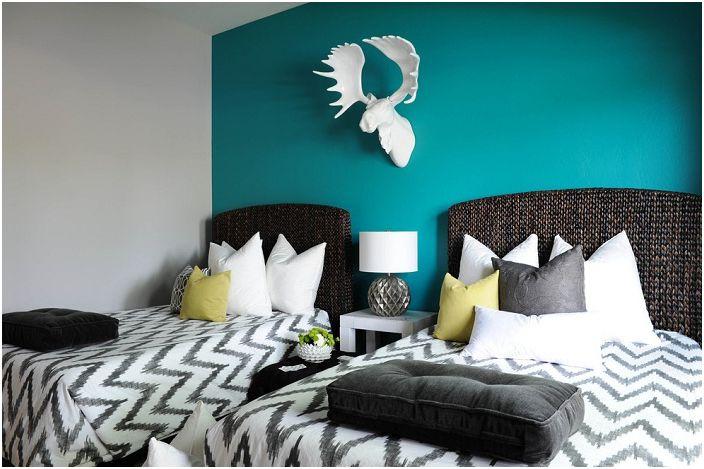 Sypialnia dla dwojga z turkusową ścianą wygląda stylowo i ładnie.