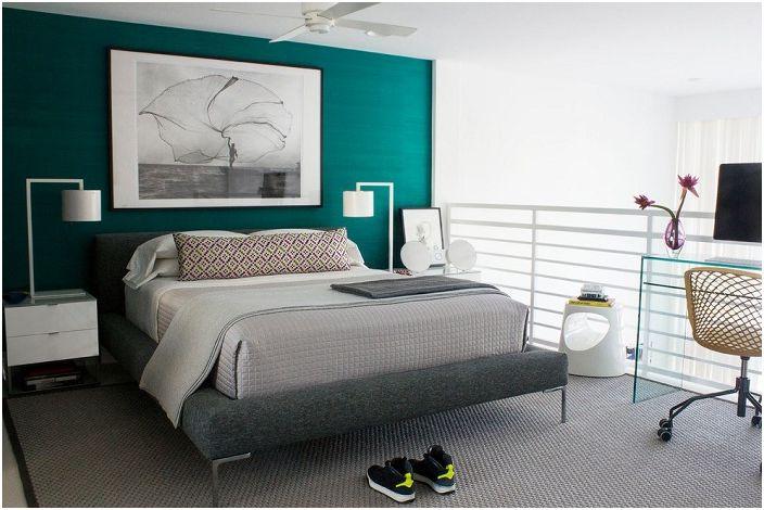 Ładna sypialnia z jasną turkusową ścianą, która uzupełnia całe wnętrze.