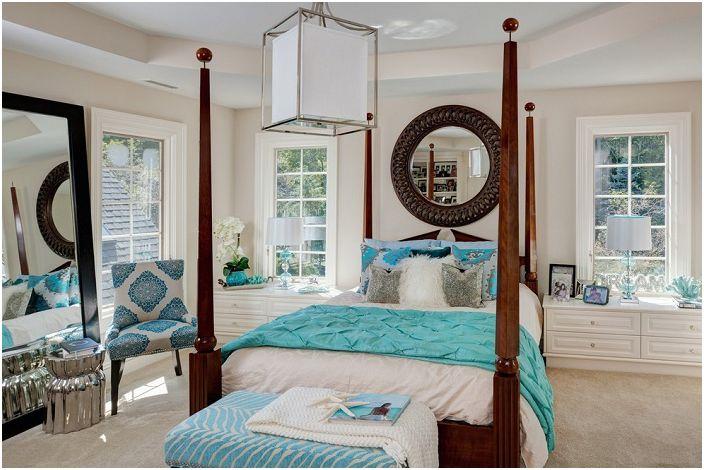 Ładna sypialnia w jasnych kolorach z turkusowymi akcentami.