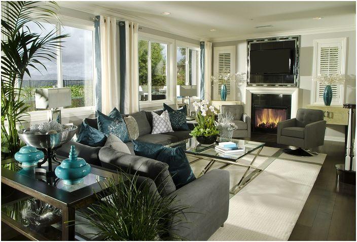 Wnętrze salonu utrzymane jest w szaro-beżowej kolorystyce z turkusowymi elementami dekoracyjnymi.