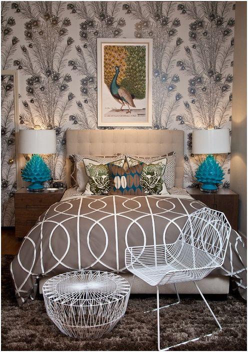 Śliczne turkusowe lampy zdobią wnętrze pokoju w kawowym kolorze.