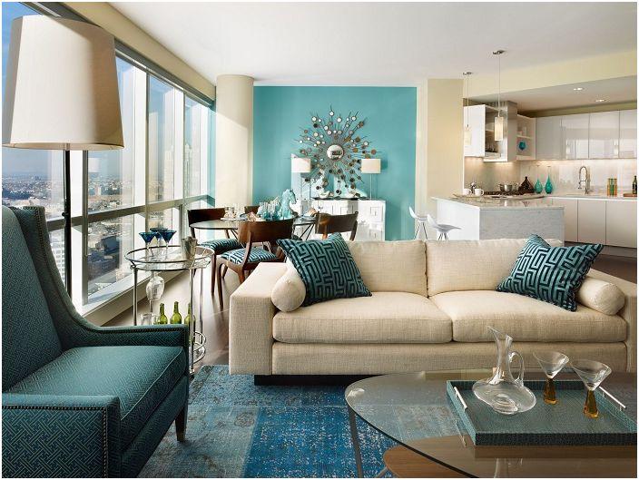 Ładne wnętrze salonu w odcieniach beżu z fragmentami turkusu.