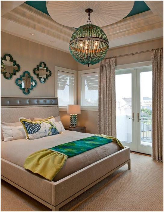 Urocza sypialnia w turkusowej tonacji i delikatnych kremowych odcieniach.