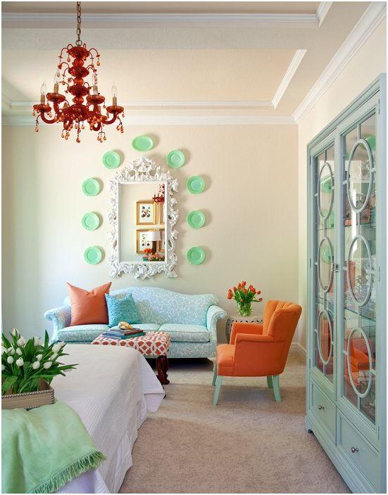 Wnętrze pokoju utrzymane jest w delikatnych kolorach z jasnymi motywami.