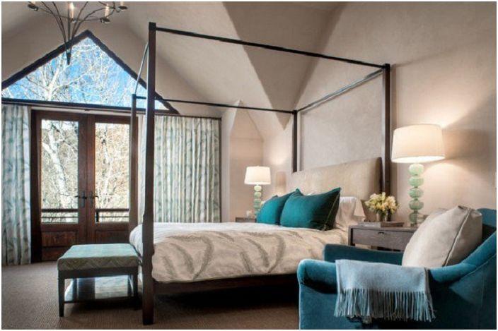 Delikatne odcienie sypialni uzupełniają turkusowe elementy wnętrza.