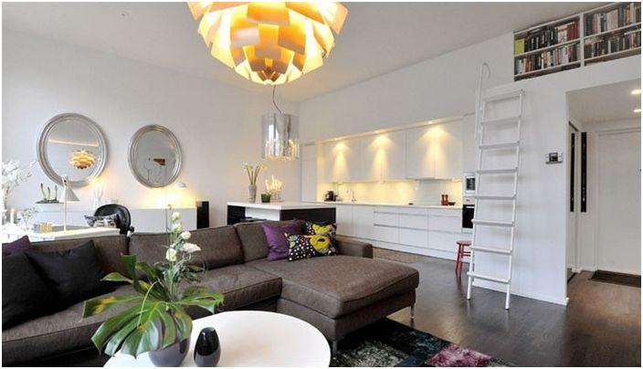 Комнату может украсить и обычная люстра, которая правильно и со вкусом подобрана.