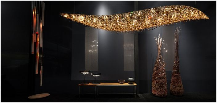 Отличное освещение создано при помощи необычной лампы, которая напоминает северное сияние.