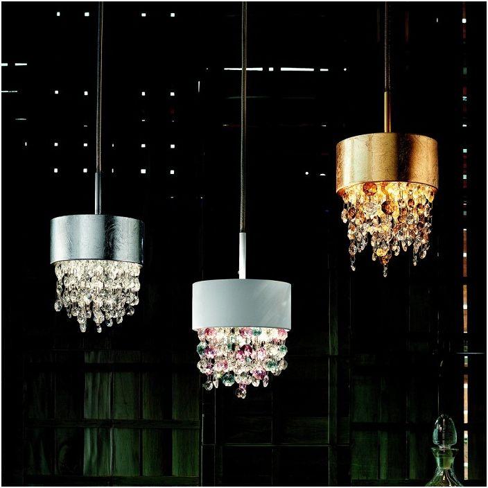 Отличные люстры похожи на капли дождя выполнены из металла и украшены итальянским стеклом.
