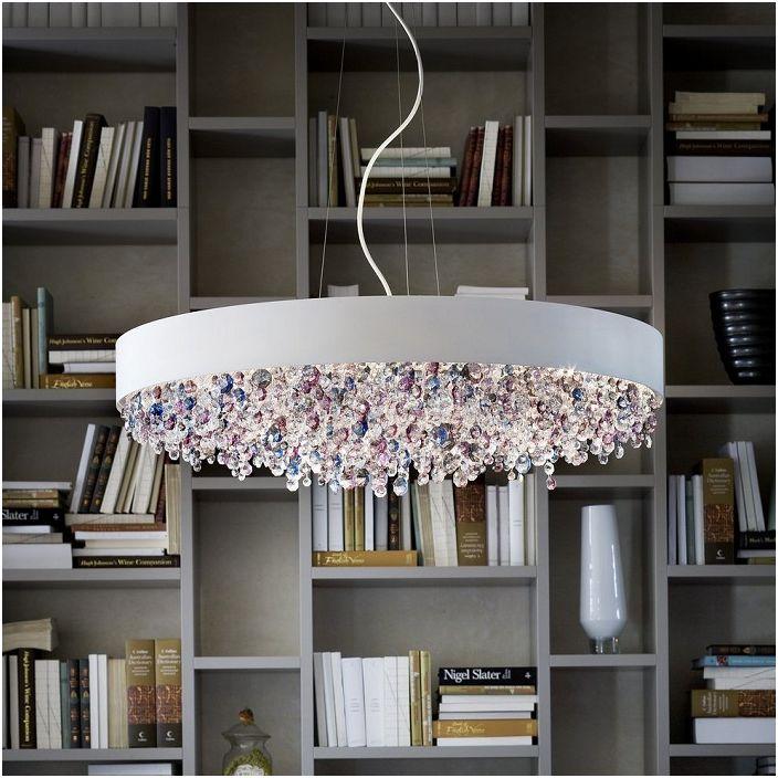 Красивый подвесной потолочный светильник украшает комнату своей неординарностью.
