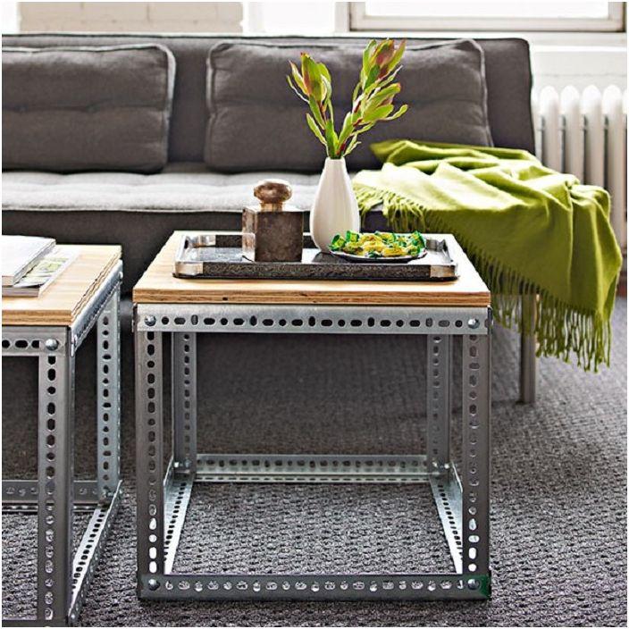 Интересна комбинация от дървен плот за маса с метална рамка на мини маса за уютна стая.