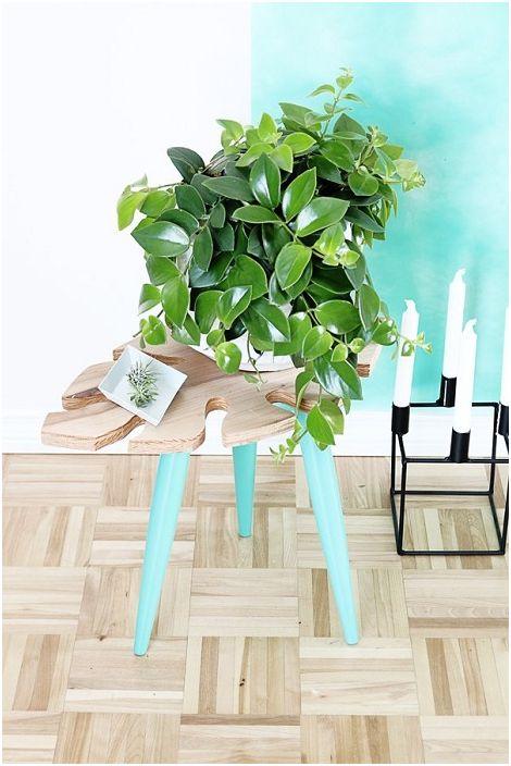 Мини масата е изработена в доста ментов цвят с прекрасен дървен плот във формата на листа.