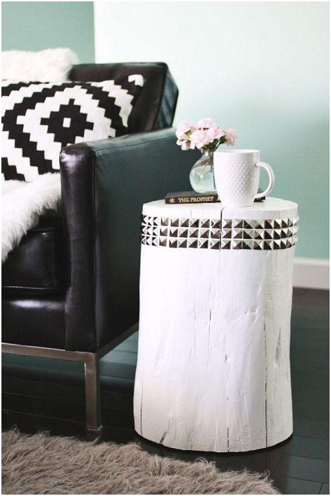 Симпатична DIY дървена странична маса перфектно допълва интериора на стаята.