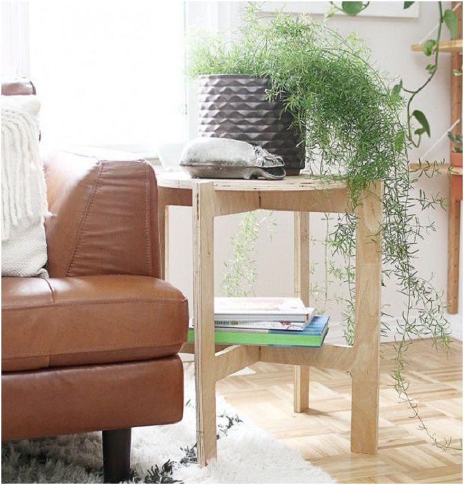 Прекрасна маса, която ще зарадва окото повече от един ден, изработена от дърво и е комбинация от маса за цветя и рафт за книги.