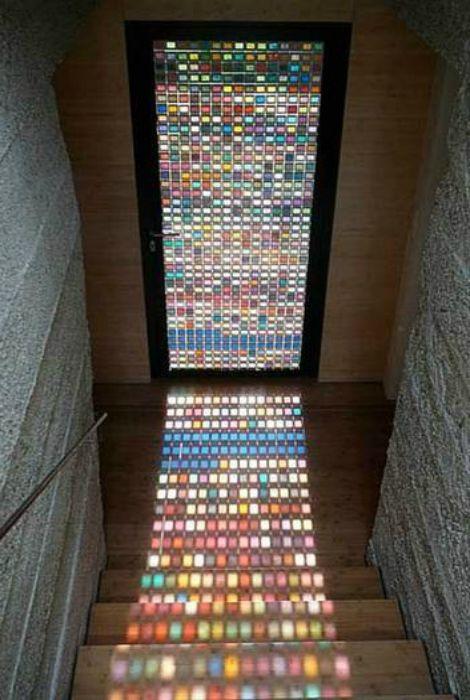Ólomüveg ajtó, amely gyönyörű napfényt hoz létre a házban.