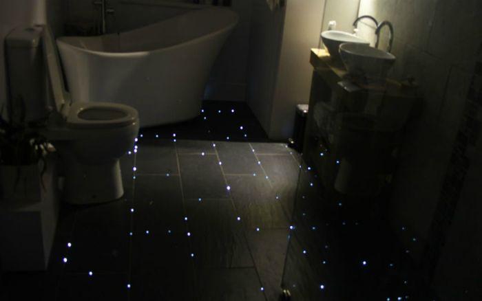 A fürdőszoba padlójába beépített diódák, amelyek sötétben világítanak.