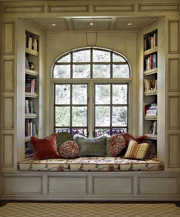 Az ablakpárkányon felszerelt királyi kanapé.