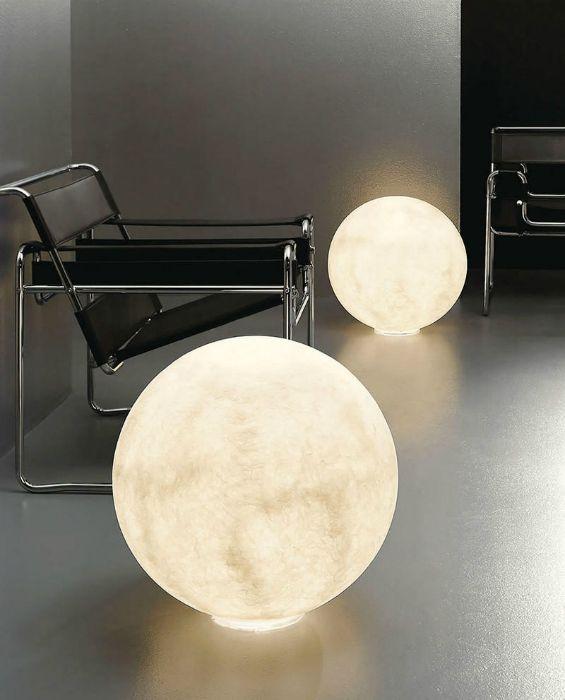 Hatalmas hold alakú lámpák, amelyek rejtélyt adnak a házhoz.