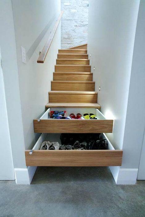 A lépcsőn lévő tágas fiókok megmenti a házat a terjedelmes szekrényektől.