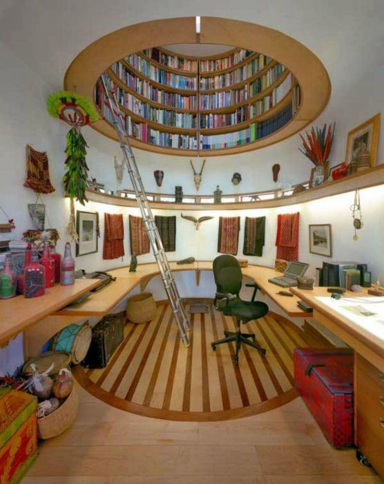 A mennyezetbe épített kerek könyvespolc.