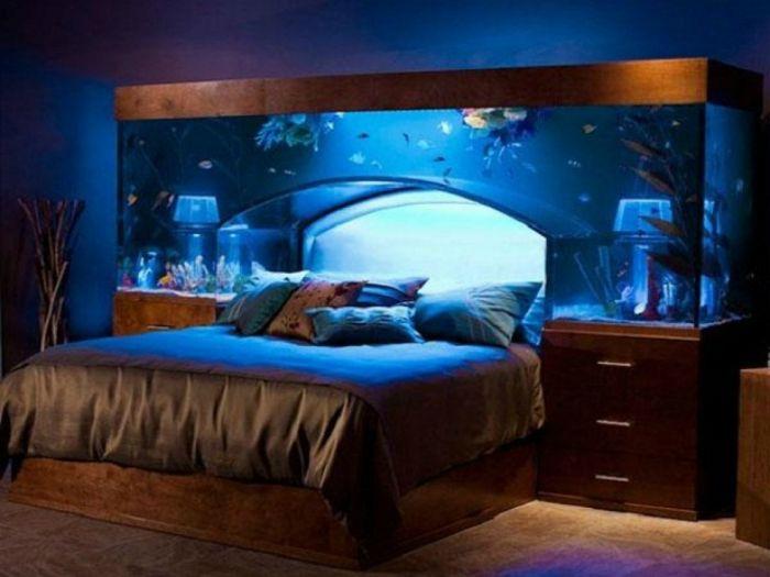 Ágy beépített akváriummal, amely nyugodt alvást nyújt a tulajdonosnak.