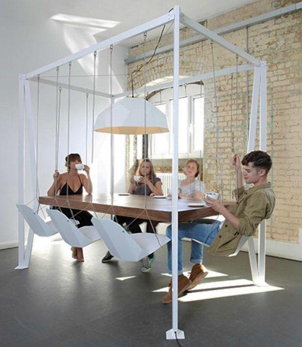 Csodálatos kialakítás függő székekkel és étkezőasztallal az étkezőhöz.