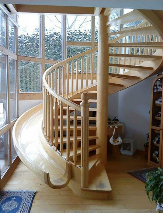 Meredek lépcsőház csúszdával, amely felnőttek és gyermekek számára egyaránt vonzó.