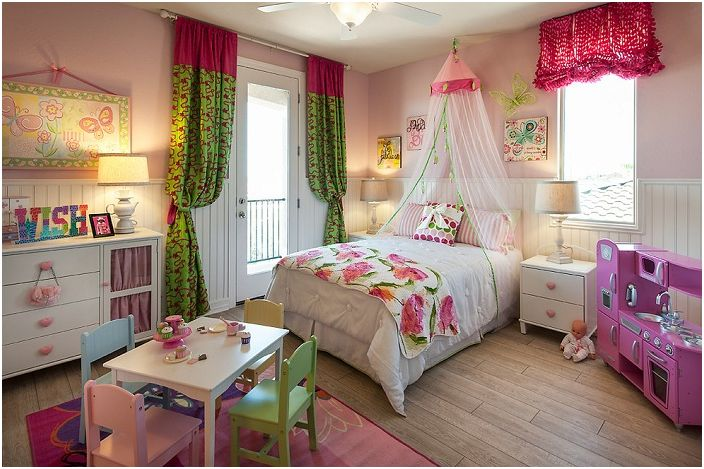 Интересное оформление спальной комнаты для девушек с добавлением принтов с цветами, которые добавляют женственности и чувственности такому интерьеру.