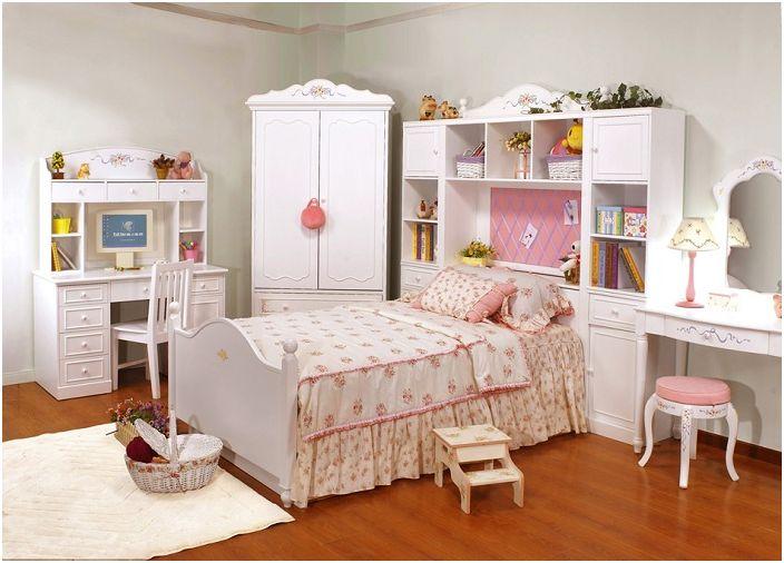 Белая комната с интересными цветочными мотивами для настоящих девушек.