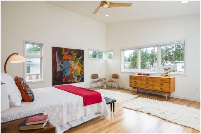 Чудесная комната в сиреневом цвете напоминает ароматную сирень, яркое и красочное исполнение интерьера подчеркивает солнечное настроение комнаты.