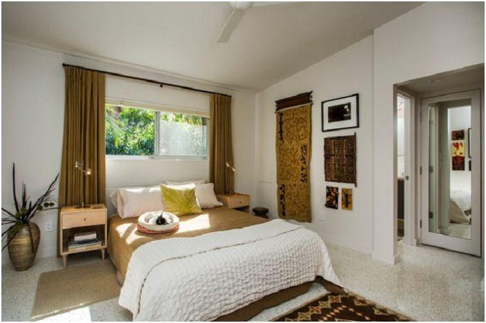 Общий вид спальни напоминает чистое голубое небо, легкость и ненавязчивость деталей в интерьере подчеркивают индивидуальность комнаты.