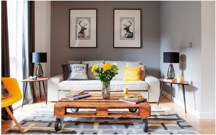Elegancki stół, który ozdobi wnętrze pokoju.