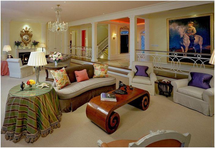 Большое свободное пространство гостиной украшает деревянный столик.