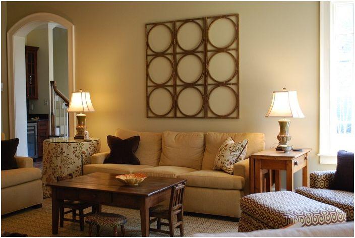 Przytulny klimat salonu z takimi ciepłymi kolorami i drewnianym stołem.