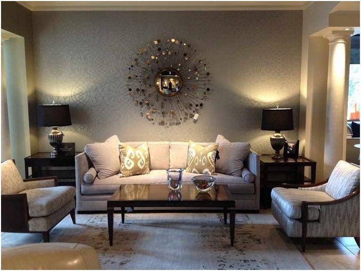 Домашняя обстановка гостиной с шикарным освещением и небольшим столиком.