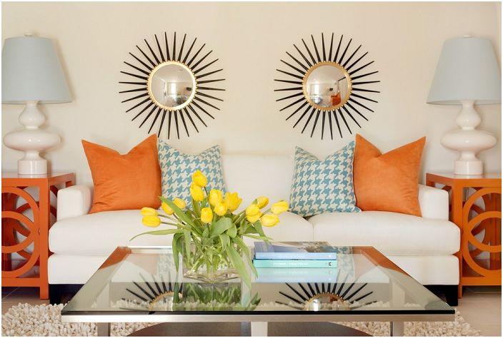 Jasne elementy dekoracyjne tego salonu w połączeniu ze szklanym stołem wprowadzają własny nastrój.