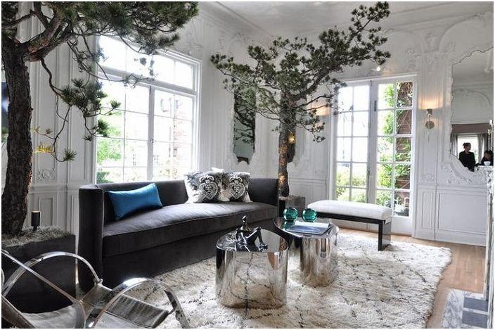 Dziwaczne wnętrze salonu z niesamowitymi drzewami w rogach i uroczymi okrągłymi stołami.
