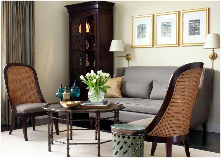 Гостиная в утонченном стиле, оформлена так словно в ней проводят переговоры.