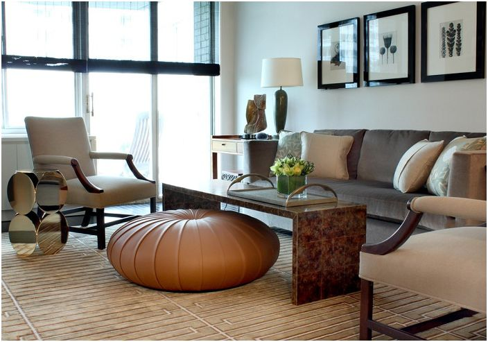 Ciekawe wnętrze w kawowo-kremowej tonacji podkreśla idealny stolik.