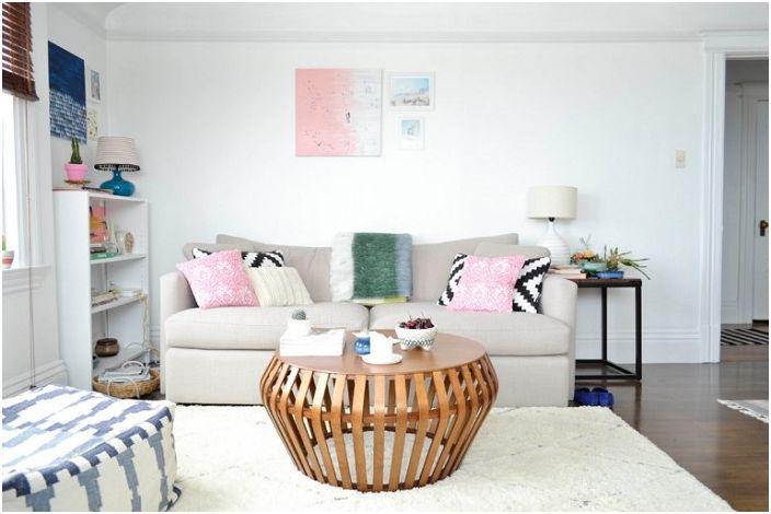 Jasny pokój ze świetnym stołem, który dobrze pasuje do wnętrza.
