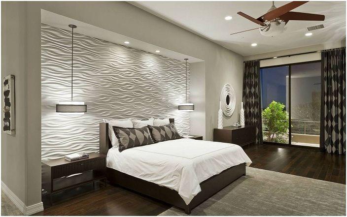 Леката атмосфера в стаята се създава от бялата текстурирана стена на главата на леглото.